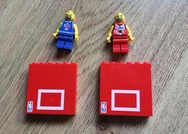 Lego 2x NBA figúrka a 2 kocky s basketbalovym košom