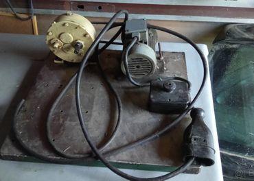 Predám motor s prevodovkou na mlynček na maso.
