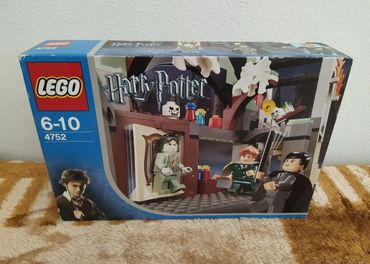 LEGO SET 4752 - Harry Potter: Professor Lupins Classroom