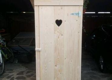 drevená latrína