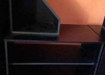 Menší regál v čiernej farbe