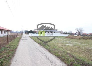 Rovinatý upravený pozemok v Oponiciach - 828 m2 - na predaj