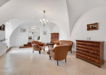 Výnimočná rezidencia v srdci Svätého Jura priamo na námestí.