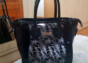 Čierna kabelka so striebornými kvetmi