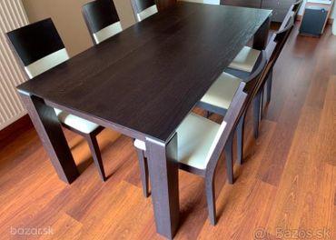Masívny stol so stolickami 600 €