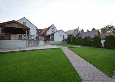 TRNAVA REALITY – ponúka na predaj polyfunkčný objekt s bytovou jednotkou a tenisovým kurtom v Dolnom
