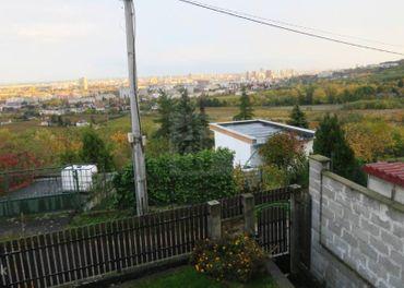 Directreal ponúka V krásnom prostredí celoročne obývaná chata na pozemku 432m2 a nádherné výhľady, B