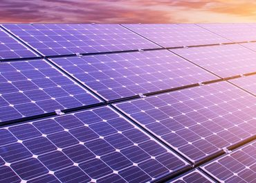Montéri solárnych panelov hradené ubytovanie a cesta