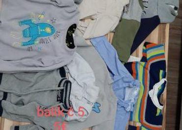 Balíky a krabice oblečenia pre deti