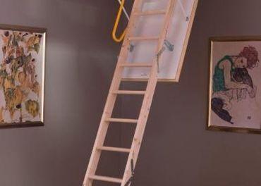 Izolované podkrovné schody s oceľovým rámom a zábr