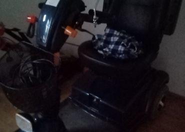 Elektrický invalidný vozík.