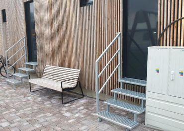 Moderné exteriérové schodiská z oceľových roštov