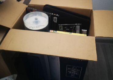krabica plná DVD filmov