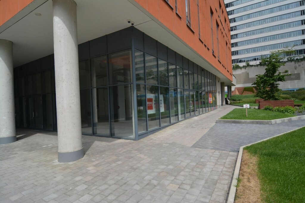 BOND REALITY - Prenájom obchodného priestoru s výkladom, atraktívna lokalita, parking, vysoké stropy