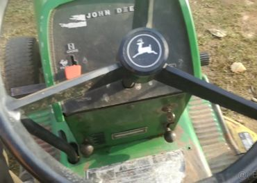 Zahradni traktor veteran John Deere