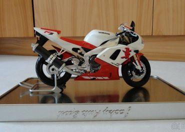 Model Yamaha YZF R1