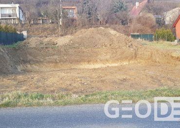 Na predaj široký, 8 árový stavebný pozemok - 5km od Levíc