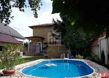 Directreal ponúka 3 izbový kompletne prerobený rodinný dom  s domčekom s bazénom a s jazerkom v obci