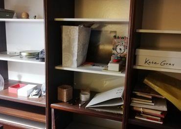 Kniznica, vitrina, zasuvky, stol