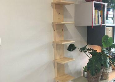 Drevena polica na knihy