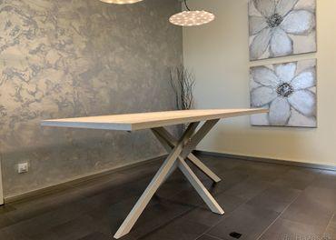 Predam jedinecny designovy stol bledej farby