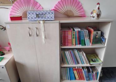 Pekné skrine a kontajner so zásuvkami