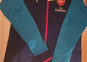 ARSENAL ,oficiálna  bunda s visačkou pôvabnej modrej farby