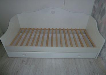 Detská postel so srdiečkami