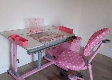 Rastúci stôl s kreslom a čalúneným kontajnerom
