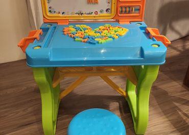 Magnetický stolík s písmenkami