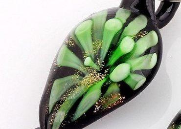 ÚŽASNÝ SKLENENÝ PRÍVESOK - zeleno čierny - 2,8cm dlhý