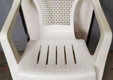 Biela plastová stolička