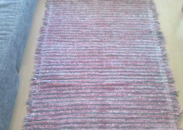 Ručne tkaný koberček červeno čierny