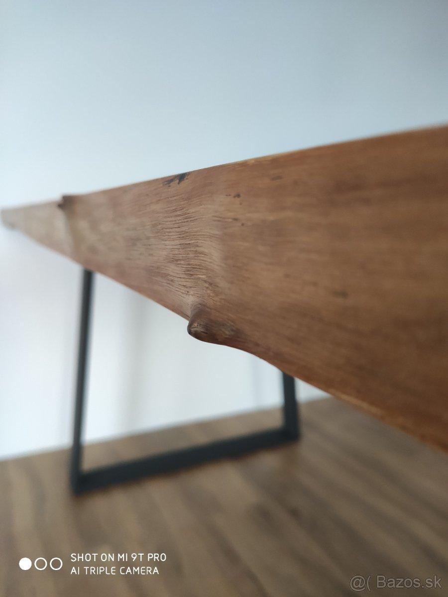 Masivny orechovy stol