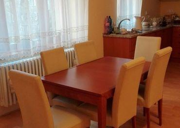 Rozťahovací stôl masív 130 x 85 a 6 kožených stoličiek