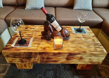 konferenčný stolík s dvoma taburetkami