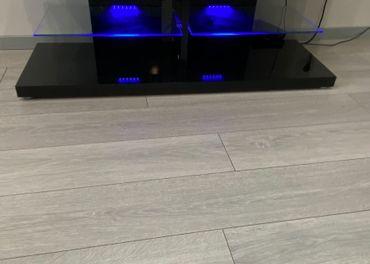 Čierny TV stolík